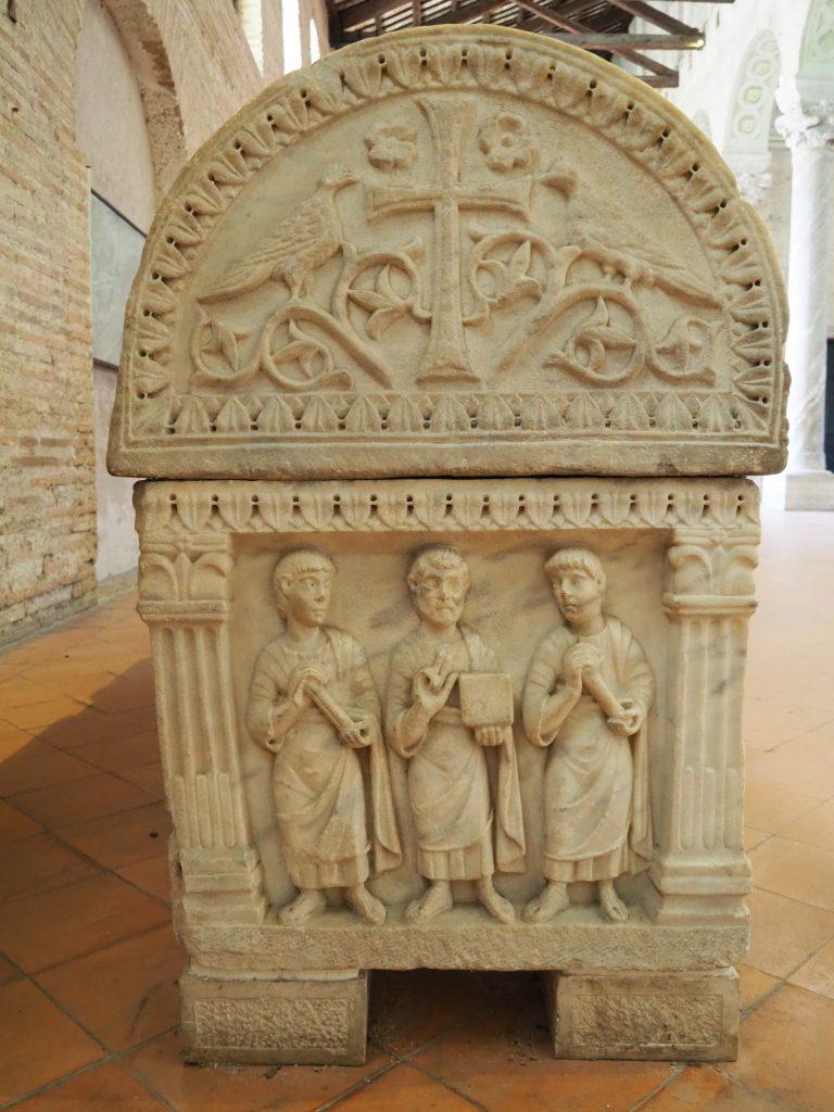 Gelehrte auf einem Sarkophag in der Kirche St. Appollinaris in Classe bei Ravenna, um 440 n. Chr.